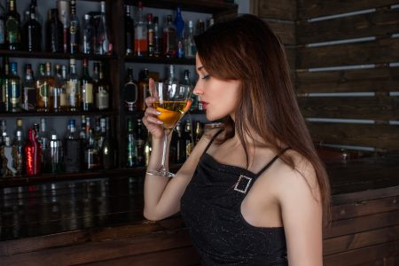 mujer y alcohol